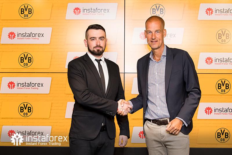 El Director de Desarrollo Empresarial de InstaForex para Asia, Roman Tcepelev, y el CEO de Borusssia Carsten Cramer se dan la mano para comenzar la nueva asociación